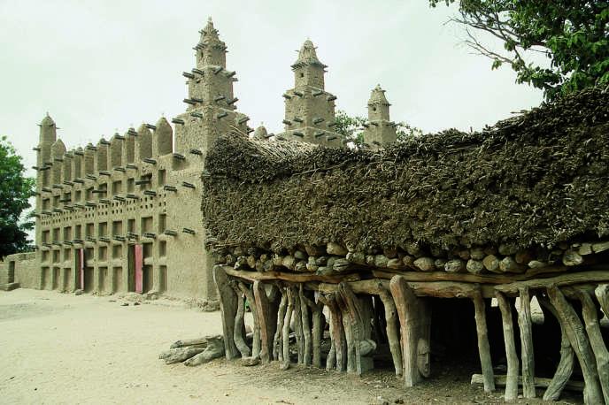 Islam et animisme cohabitent dans le village de Diankabou (près de Mopti, centre du pays) où la mosquée et la maison de palabres