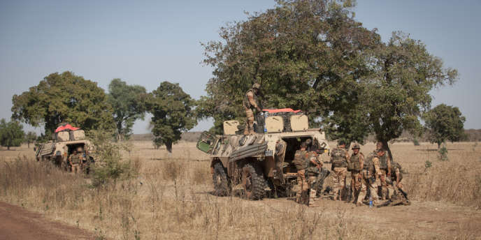 Route de Niono, au Mali. Des militaires français font une halte pendant leur déploiement vers le nord du pays.