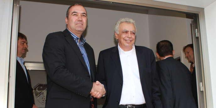 La poignée de main historique entre les deux présidents des fédérations chypriotes Costakis Koutsokoumnis et Hassan Sertoglu. , le 17 janvier.