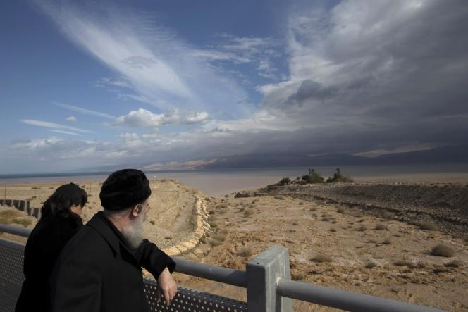 Un couple observe de l'eau s'écouler dans la mer Morte près du kibboutz Ein Gedi, en Israël.