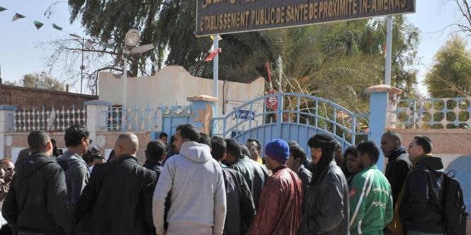Des proches des otages libérés patientent devant l'hôpital d'In Amenas où ils ont été transportés, vendredi.