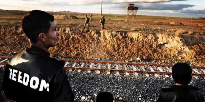 Serêkaniyê, début décembre 2012. Des habitants parlementent avec les soldats turcs pour qu'ils les laissent passer la frontière. De nombreuses familles tentent de quitter la ville soit vers la Turquie soit vers Kamechliyé,