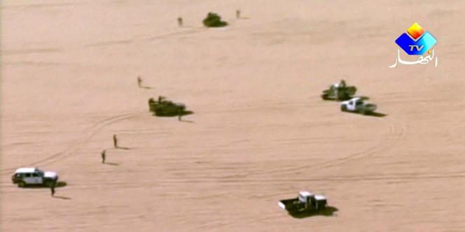 Capture d'écran de la télévision Ennahar montrant des soldats algériens patrouillant dans le désert, vendredi 18 janvier.