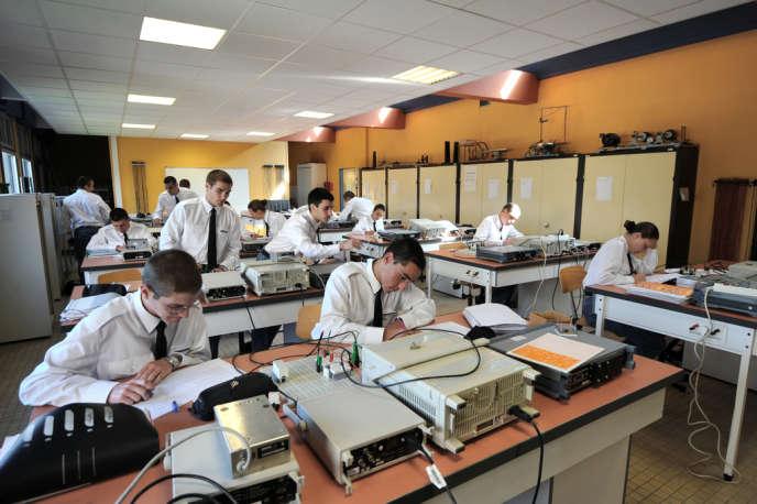 Des élèves de classe prépa, au sein de l'Ecole des pupilles de l'air (EPA), en mai 2011, à Montbonnot-Saint-Martin (Isère).