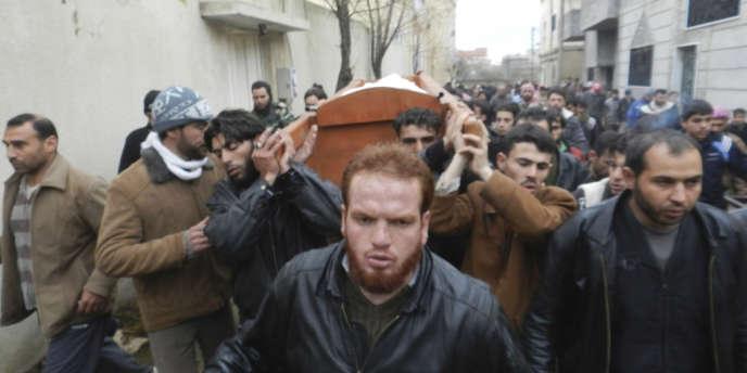 Le 23 décembre 2012, à Homs, la population suit les obsèques des victimes d'une attaque de l'armée de Bachar Al-Assad qui a une nouvelle fois endeuillée la ville.