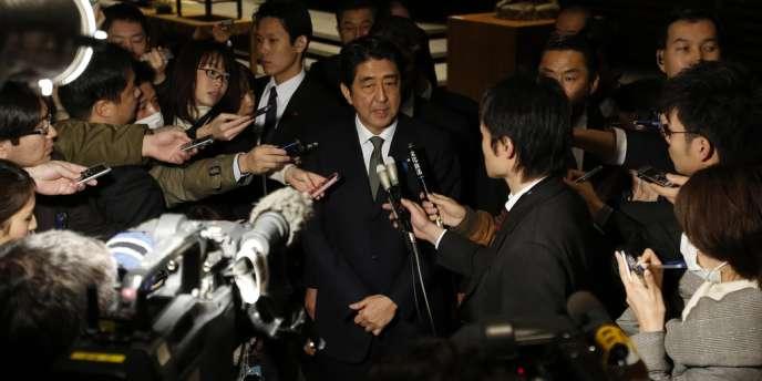 Le premier ministre japonais Shinzo Abe devant la presse, le 19 janvier 2013.