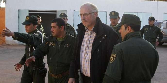 Des gendarmes algériens escortent un ex-otage Norvégien, samedi.