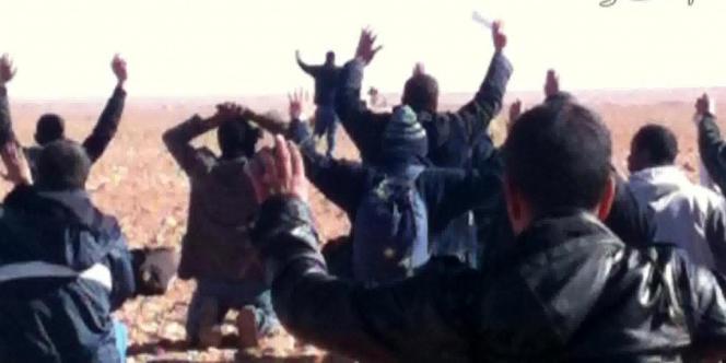 Capture d'écran de la chaîne de télévision privée algérienne Ennahar du 19 janvier, où l'on voit des otages se rendre aux ravisseurs, à In Amenas.