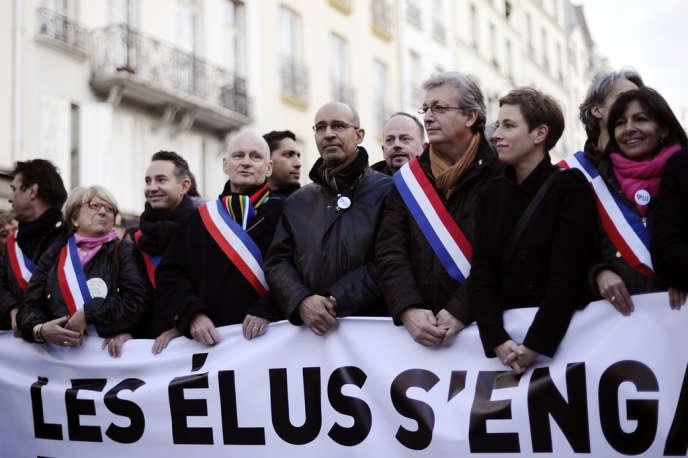 Des élus, parmi lesquels le premier secrétaire du PS Harlem Désir, prennent part à une manifestation pour le mariage gay, le 16 décembre 2013, à Paris.