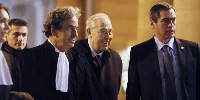 L'ancien ministre de l'intérieur Charles Pasqua arrive au Palais de justice de Paris pour le procès