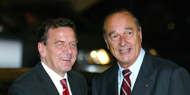 Le chancelier allemand, Gerhard Schröder, et le président français, Jacques Chirac, le 2 octobre 2002 dans la cour de l'Elysée.