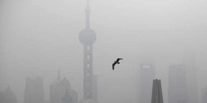 La pollution, au dioxyde de carbone notamment, est un problème récurrent en Chine. Ici, le quartier financier de Shanghaï, le 21 janvier.