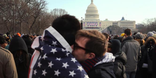 La foule attend devant le capitole pour assister à la cérémonie d'investiture de Barack Obama, lundi 21 janvier.