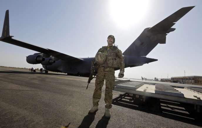 Un soldat britannique à proximité d'un avion de transport de la RAF à Bamako, le 18 janvier.