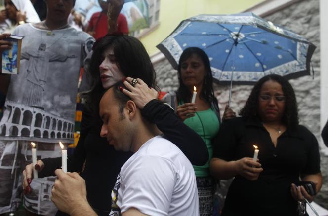 Les Brésiliens sont venus nombreux rendre un dernier hommage à Jorge Selaron, le 11 janvier, devant l'escalier que l'artiste chilien avait créé à Rio.