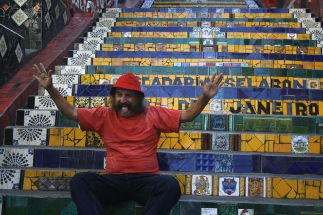 L'artiste chilien Jorge Selaron pose, à l'été 2010, devant l'escalier qu'il a créé, à Rio de Janeiro.