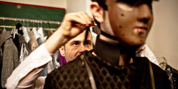 Quelques heures avant de défiler, Florin Dobre prépare un de ses mannequins.