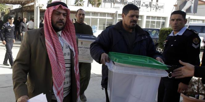 Les Frères musulmans ainsi que le Front de réforme national de l'ex-premier ministre Ahmad Obeidat ont appelé leurs partisans à ne pas participer au scrutin.