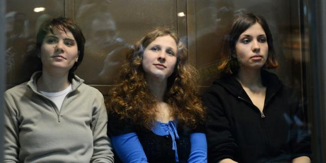 Les membres du groupe de musique Pussy Riot Yekaterina Samoutsevitch, Maria Alekhina et Nadejda Tolokonnikova au tribunal de Moscou le 10 octobre 2012.