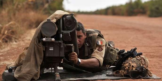 Un soldat français derrière un lance-missile antichar, le 22 janvier près de Diabaly.