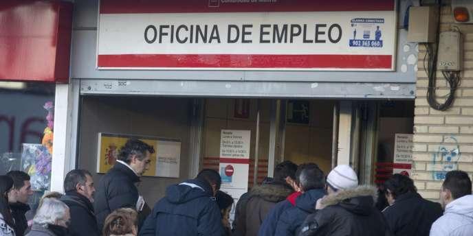 A la fin du mois de décembre 2013, l'Espagne comptait par exemple 5 965 400 chômeurs, soit 187 300 de plus qu'au trimestre précédent.