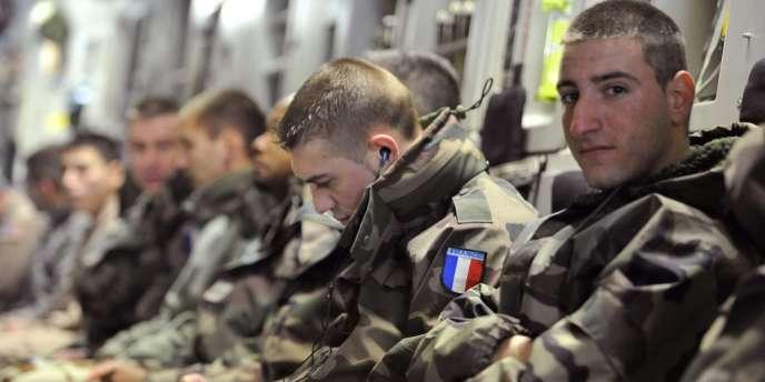 Des soldats français dans un C-17 américain font route vers le Mali, jeudi 24 janvier.