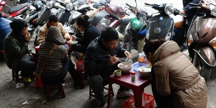 Tables bancales, chaises en plastiques et nappes en option... C'est dans le cadre spartiate des cantines de rues vietnamiennes, loin du décor soigné des restaurants gastronomiques, que se dégustent les meilleurs