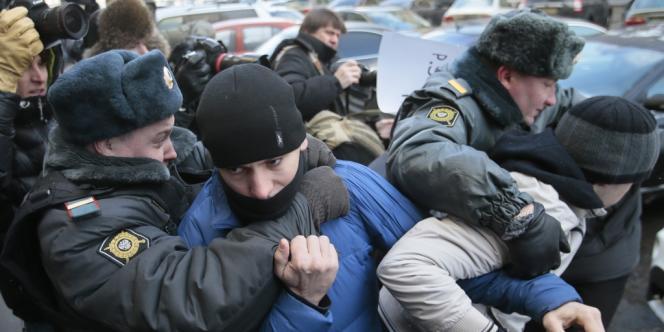 Des policiers évacuent des militants qui protestent contre la loi contre la