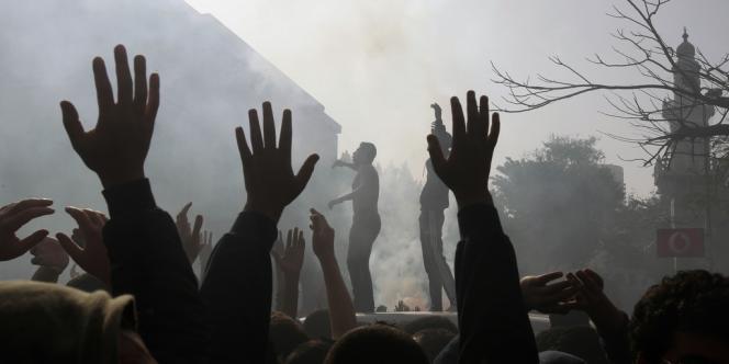 Des supporters du club égyptien Al-Alhy acclament le verdict qui a condamné à mort 21 personnes jugées responsables du drame de Port-Saïd qui avaient coûté la vie à 74 personnes.