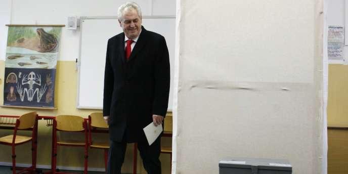 L'ancien premier ministre Milos Zeman dans un bureau de vote, lors du second tour de l'élection présidentielle tchèque, le 26 janvier 2013.