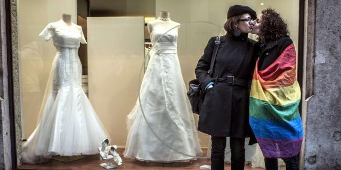 Avec la nouvelle loi, les épouses des mères biologiques d'enfants conçus par insémination artificielle à l'étranger (en Belgique ou en Espagne) pourraient également adopter ces enfants.