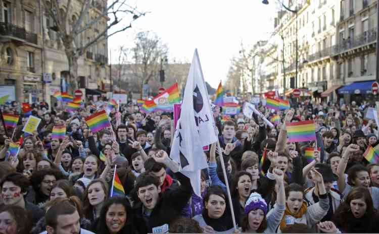 Demonstrators march through the streets of Paris in support of the French government's draft law to legalise marriage and adoption for same-sex couples, January 27, 2013.  REUTERS/Christian Hartmann (FRANCE  - Tags: POLITICS RELIGION)   ATTENTION EDITORS : FRENCH LAW REQUIRES THAT THE FACES OF MINORS ARE MASKED IN PUBLICATIONS WITHIN FRANCE