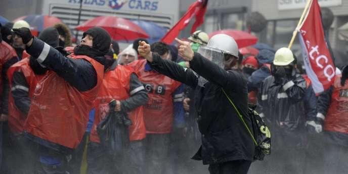 Ces affrontements ont eu lieu en fin de matinée, lorsque des manifestants ont tenté de pénétrer dans le périmètre de sécurité installé près du siège du gouvernement régional à Namur.