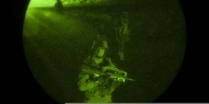 Militaires français avançant vers Tombouctou, dans la nuit du 28 janvier.
