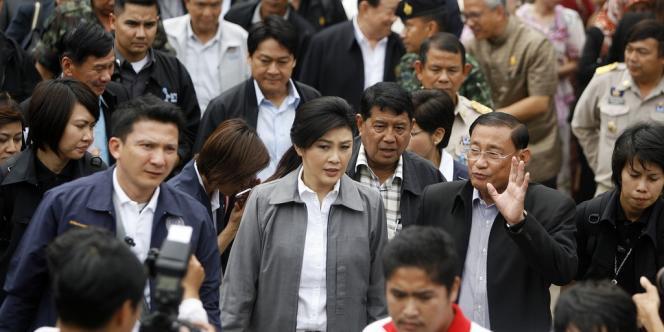 La première ministre Yingluck Shinawatra (au centre) part à la rencontre d'enseignants, à l'occasion de sa visite dans la province méridionale de Pattani, le 13 décembre 2012.