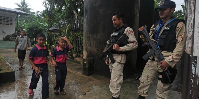 Des militaires thaïlandais montent la garde devant une école de la province de Narathiwat (sud de la Thaïlande) pour protéger élèves et professeurs, le 17 décembre 2012.