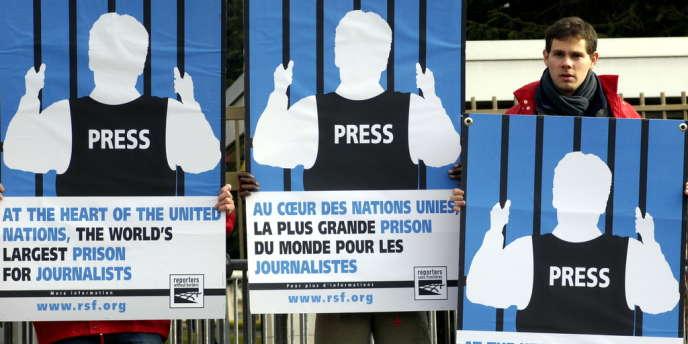 Des représentants de Reporters Sans Frontières manifestent devant le quartier général de l'ONU à Genève.