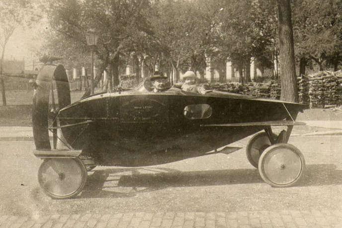 Marcel Leyat à bord de son invention avec sa fille en 1919.