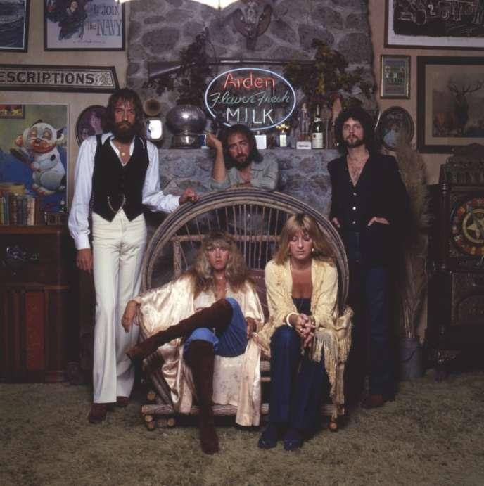 Vers 1976. De gauche à droite, Mick Fleetwood, John McVie et Lindsey Buckinghamet ; assises au premier plan, Stevie Nicks et Christine McVie.
