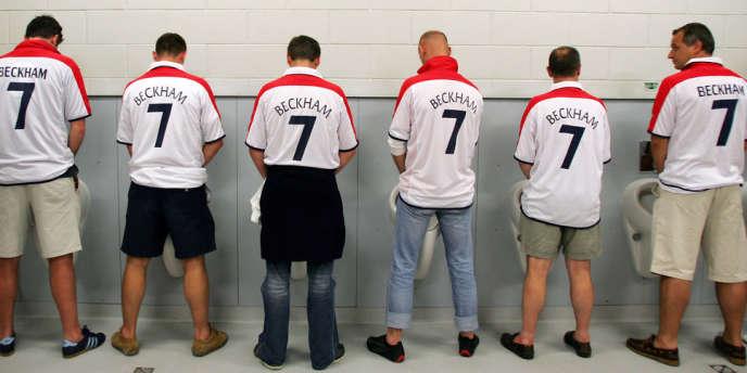 Des supporters de l'équipe d'Angleterre, portant le maillot de David Beckham, le 21 juin 2004 à Lisbonne.