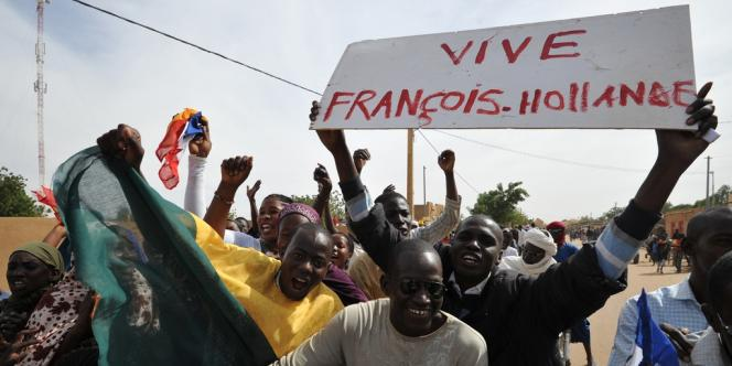 A Bamako, François Hollande doit rencontrer le président malien par intérim Dioncounda Traoré.