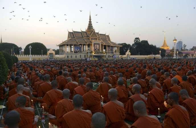 Des moines bouddhistes rassemblés devant le palais royal de Phnom Penh, en hommage à Norodom Sihanouk, le 26 janvier.