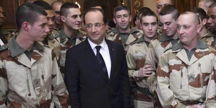 François Hollande et des soldats du 126e régiment d'infanterie, à Tulle, le 19 janvier.