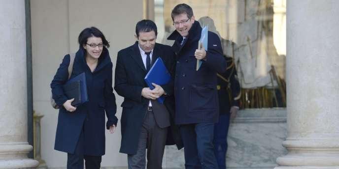 Les ministres écologistes Cécile Duflot (égalité des territoires et logement) et Pascal Canfin (délégué au développement) entourent Benoît Hamon (économie solidaire) à la sortie du conseil des ministres, le 16 janvier.