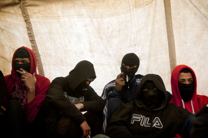 Des membres du Black bloc réunis sous une tente, place Tahrir au Caire, le 1er février.