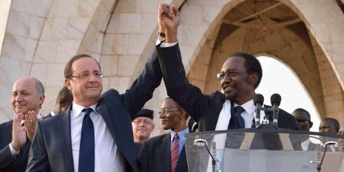 Le président français et le président malien par intérim saluent la foule à Bamako, samedi 2 février.