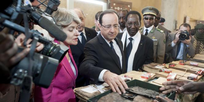 A l'Institut des hautes études et de recherches islamiques, François Hollande constate la destruction de manuscrits par les islamistes en fuite avant la libération de Tombouctou.