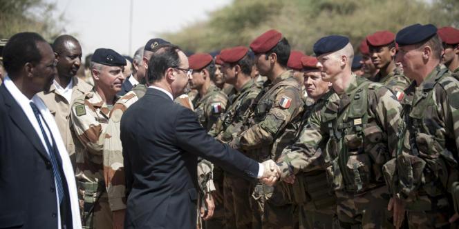 François Hollande salue les troupes françaises à l'aéroport de Tombouctou.