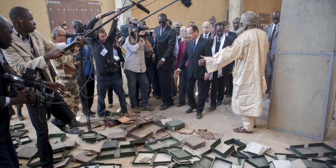 Lors de sa visite au Mali le 2 février, le président François Hollande constate la destruction par les islamistes d'anciens manuscrits conservés à Tombouctou.