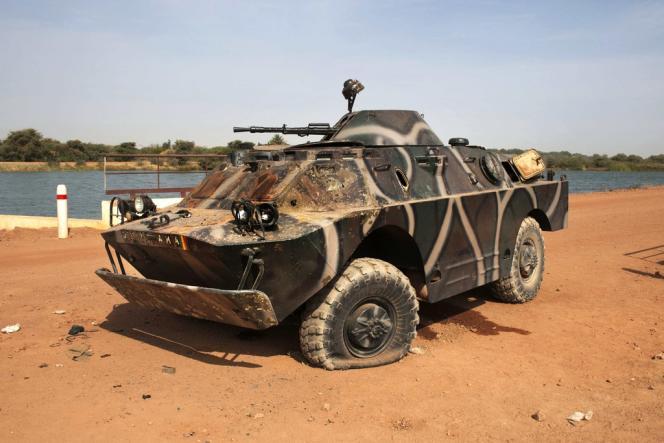 Un véhicule blindé de l'armée malienne attaqué par les djihadistes sur la route de Diabali à la mi-janvier.